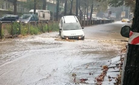 Буря наводни къщи и улици в Добрич