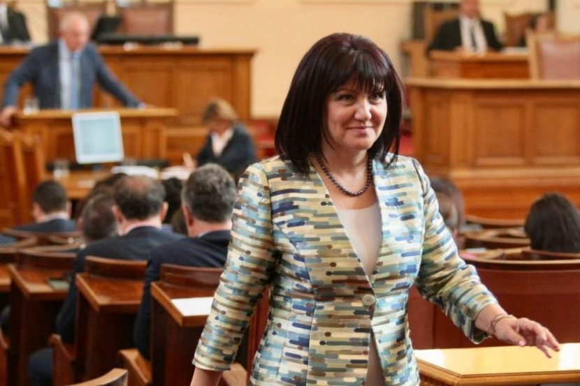 Цвета Караянчева остава председател на парламента