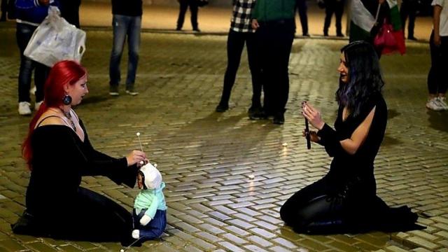 Протестиращи направиха вуду магия на Борисов