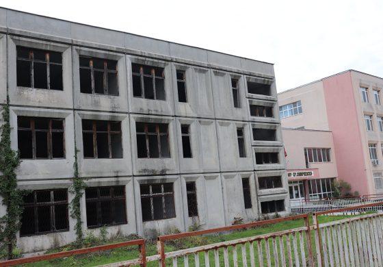 """След 30 години завършват сградите до Първо ОУ""""Христо Смирненски"""" в Провадия"""