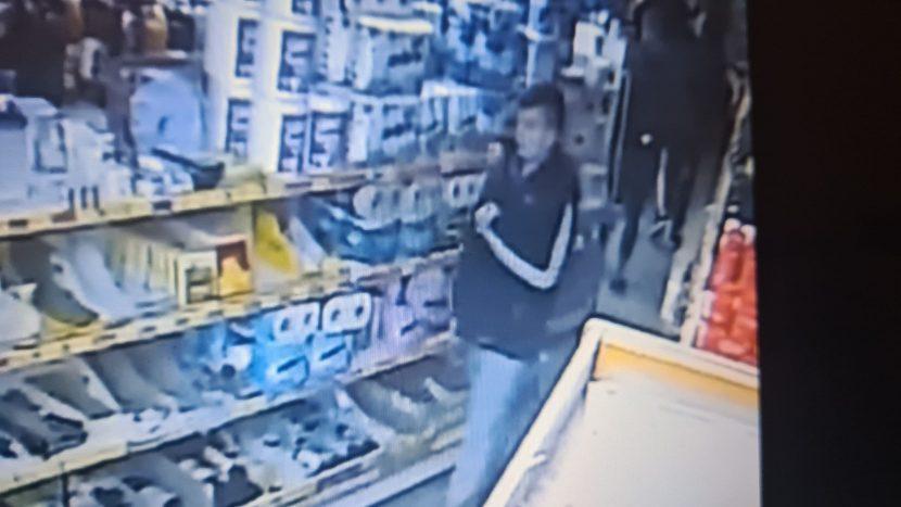 """Непълнолетни крадат от магазин в кв. """"Левски"""" (видео)"""