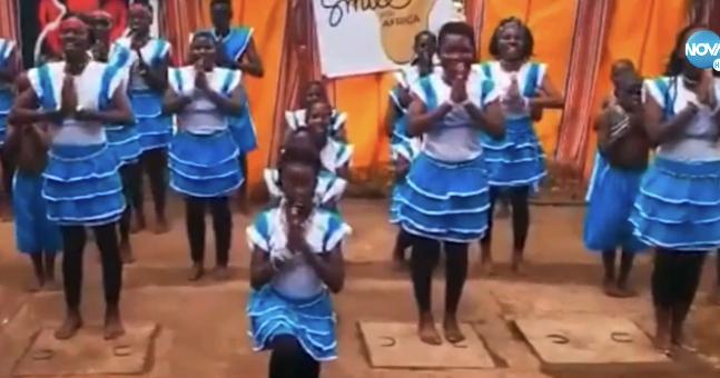 """Деца от Уганда пеят """"Я кажи ми, облаче ле бяло"""" (ВИДЕО)"""
