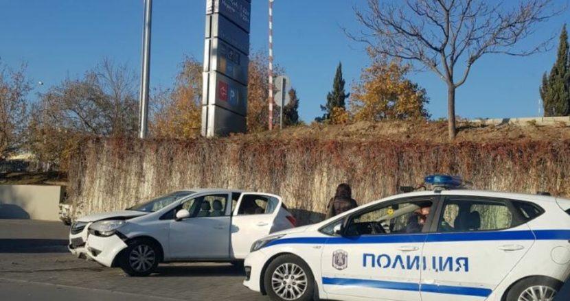 Кола без шофьор падна на оживен паркинг пред хипермаркет