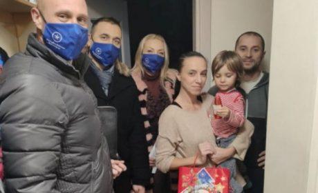 Магията на Коледа! Безработни родители от Варна получиха подаръци за трите си деца