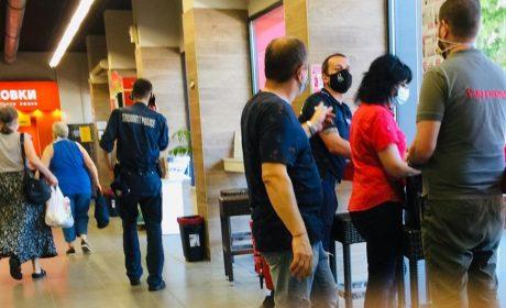 Глобиха управител на магазин заради неправилно поставена маска на клиент
