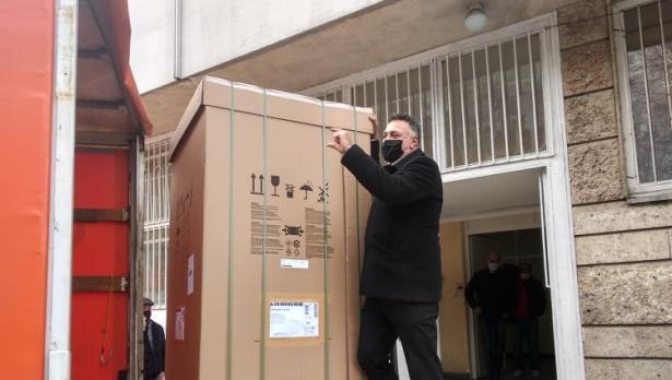 Доставиха фризера за ваксини срещу Covid-19 във Варна