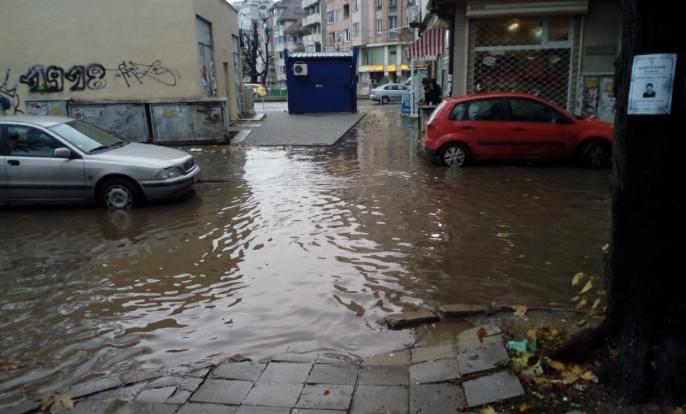 Улица във Варна се превърна в река (снимка)