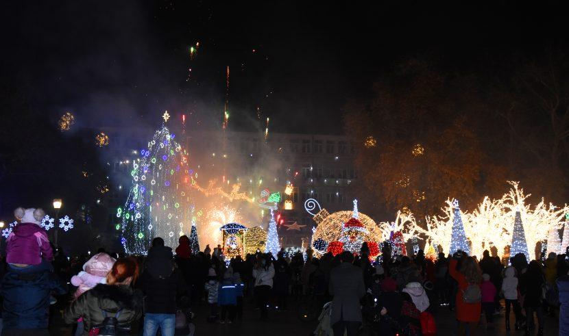 Коледната елха грейна във Варна (снимки/видео)