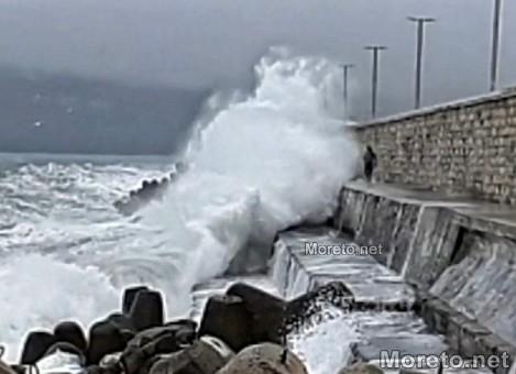 Младеж рискува живота си между 6-метрови вълни на вълнолома във Варна (видео)