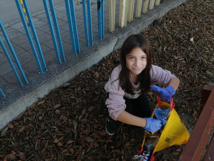 Добрият пример! Дете почисти двора на училище след снощните пиратки