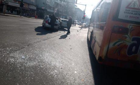 Шофьор на автобус мина на червено и предизвика катастрофа
