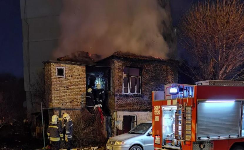 Пожар изгори покрива на изоставена къща