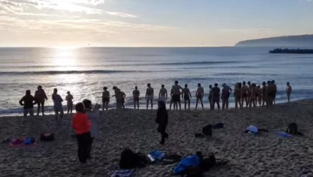 Десетки варненци посрещнаха 2021 на плажа и се къпаха в морето (ВИДЕО)