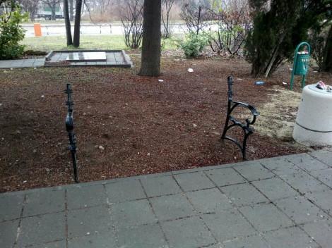 """Откраднаха части от новите пейки пред читалището в """"Галата"""""""