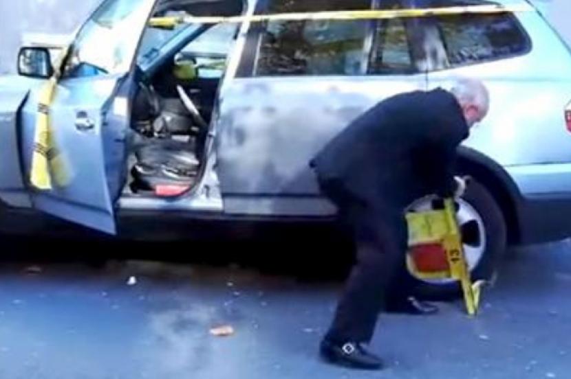 Варненец демонтира сам скобата, сложена на автомобила му