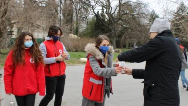 Младежи раздаваха чай и валентинки