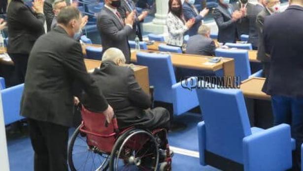 Резил: Новият депутат от ГЕРБ не можа да стигне до трибуната на НС за клетва