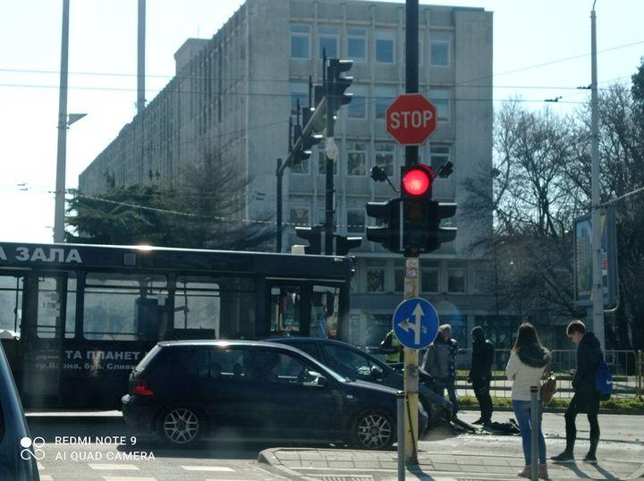 Автобус от градски транспорт Варна помете лек автомобил, пострадаха жена и дете