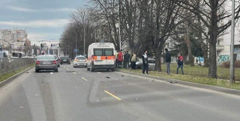 Тежка катастрофа срещу автогарата във Варна (видео)
