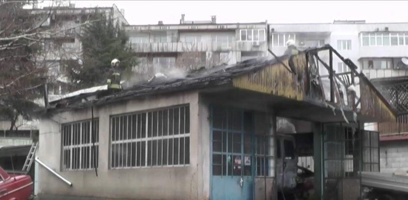 Огнен ад! Пламна сервиз във Варна