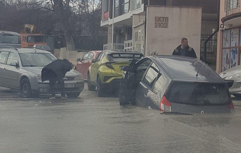 """Кола пропадна в дупка на улица в """"Св. Св. Константин и Елена"""""""