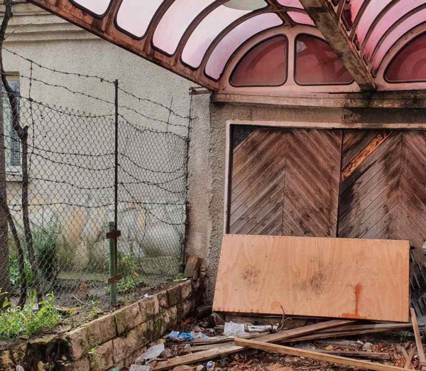 Оранжерия за отглеждане на марихуана е разкрита в гараж  във Варна (снимки)