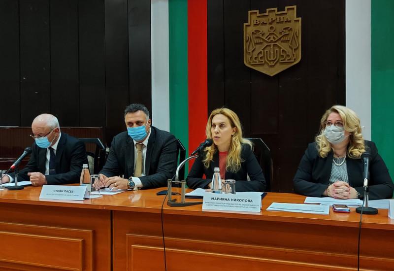 Марияна Николова: Обмислят се всякакви варианти за облекчено влизане на туристите в страната
