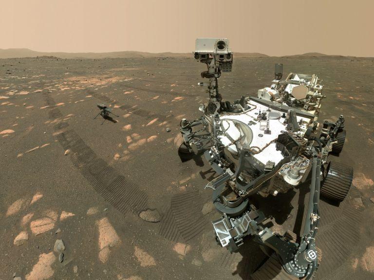 """НАСА показа селфи на роувъра на Марс в компанията на хеликоптера """"Инджинюъти"""" (СНИМКИ)"""