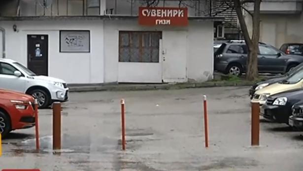 Абсурд по варненски: Кой, как и защо си загради улица