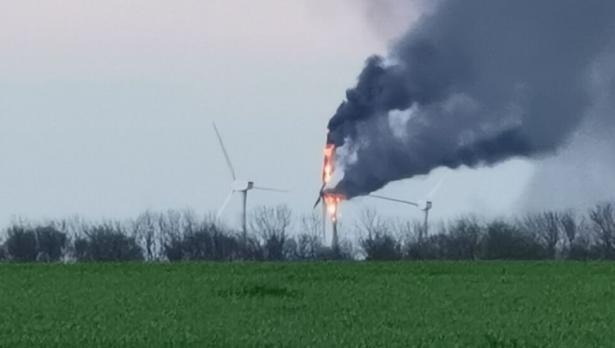 Ветрогенератор в пламъци край Каварна