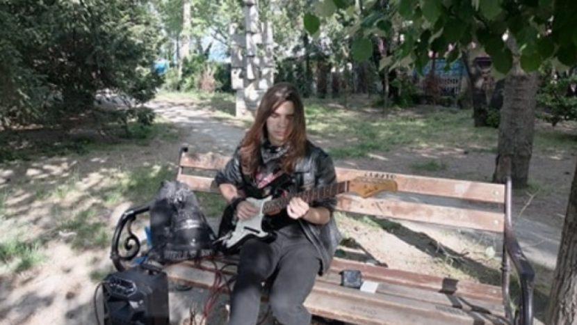 Талантлив варненски музикант смайва минувачите на входа на Морската градина