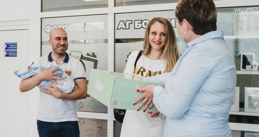1000 кутии с най-необходимото за всяко новородено подаряват от Карин дом в родилните отделения във Варна