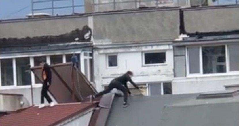 Деца тичат по покриви във Варна, клипове от опасната игра се появиха във Фейсбук