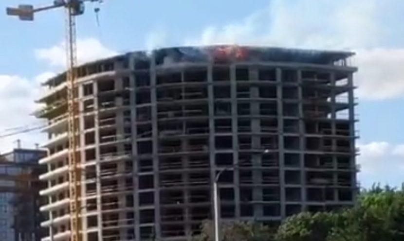 Гори строителен обект до паметника на Почивка (видео)