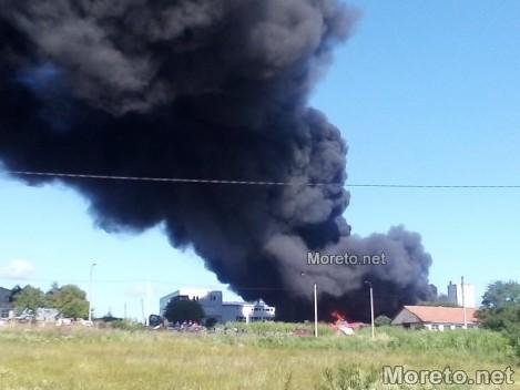 Голям пожар в Бяла, взривове стреснаха гражданите (снимки)