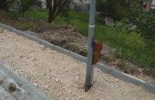 Стълбове изникнаха по средата на тротоар във Владиславово