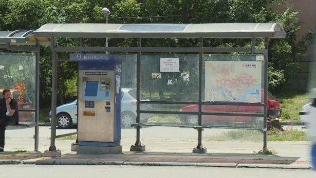 Опасен заслон дебне на спирка във Варна