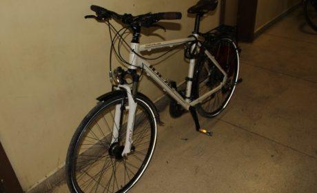 Варненец задигна велосипед от междуетажна площадка, спипаха го