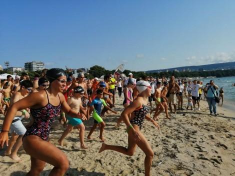Над 300 ентусиасти се включиха в масовото плуване във Варна (снимки)