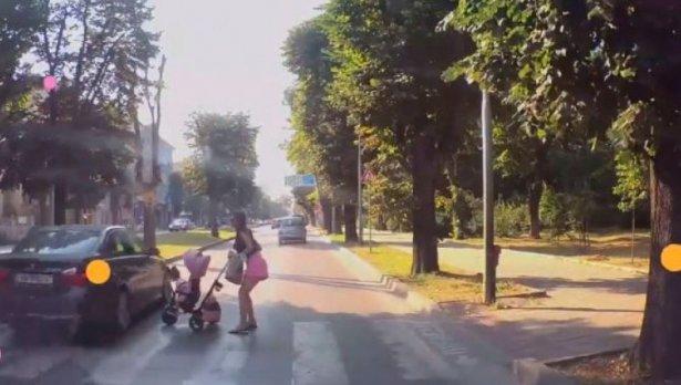 Безсмъртни BMW-ейци? На косъм да отнесе майка с количка във Варна