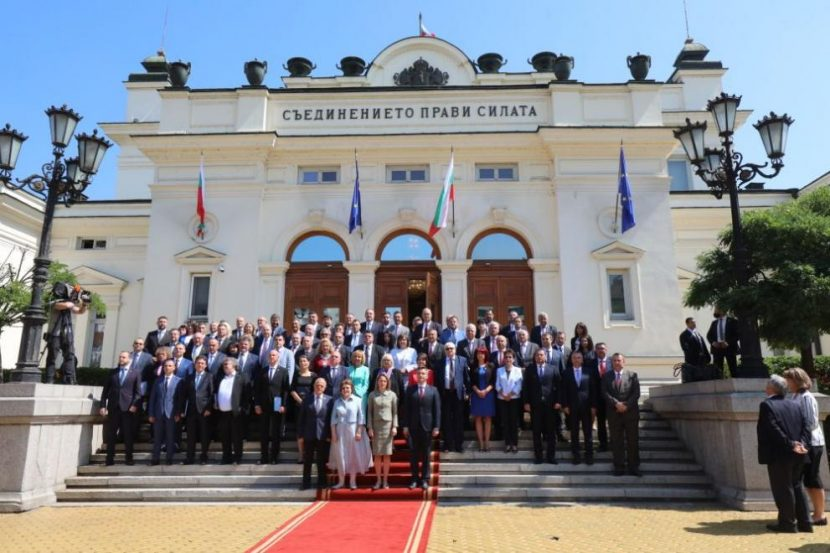 Депутатите от 46-ия парламент си направиха обща снимка, но без ГЕРБ