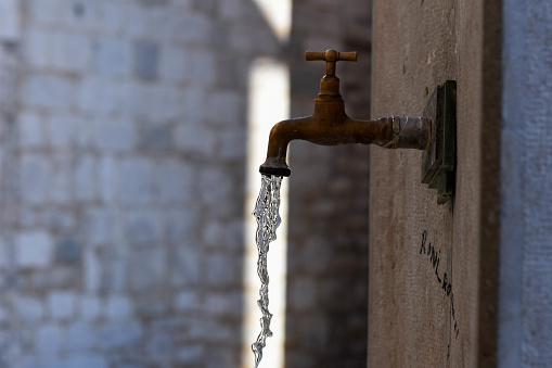 """Минералната вода от чешмата до басейн """"Приморски"""" е негодна за пиене"""